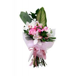 Mία πανέμορφη και κομψή ανθοδέσμη με τριαντάφυλλα και ορχιδέες διακοσμημένη περίτεχνα με εξώτικα πράσινα φυλλώματα.